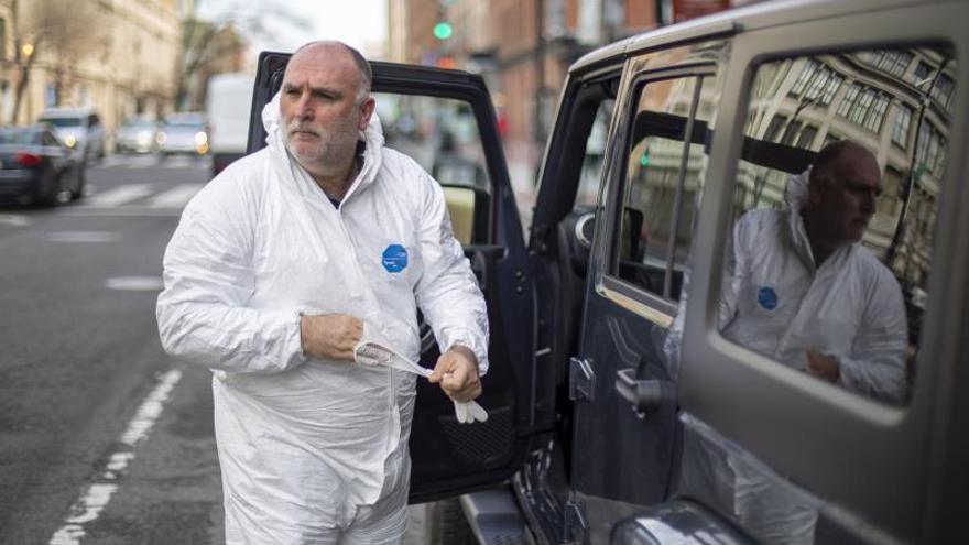 El famoso chef José Andrés repartiendo comida a los bomberos y las personas sin hogar en Washington, DC, EE. UU. durante el coronavirus, el pasado 19 de marzo de 2020.