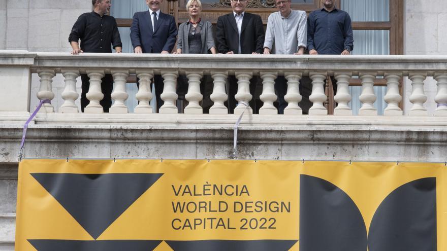 El alcalde de València, Joan Ribó, con el presidente del Consell, Ximo Puig, y con los directores estratégicos de la candidatura, Xavi Calvo y Pau Rausell, y la presidenta de la Associació València Capital del Disseny, Marisa Gallén