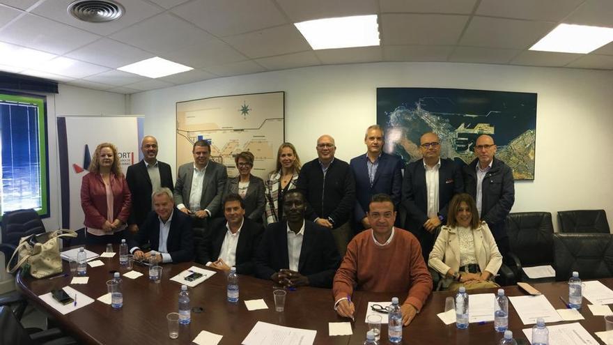 Luis Ibarra y Elena Máñez Elena Máñez en una reunión con representantes de la Federación Canaria de Empresas Portuarias (Fedeport).