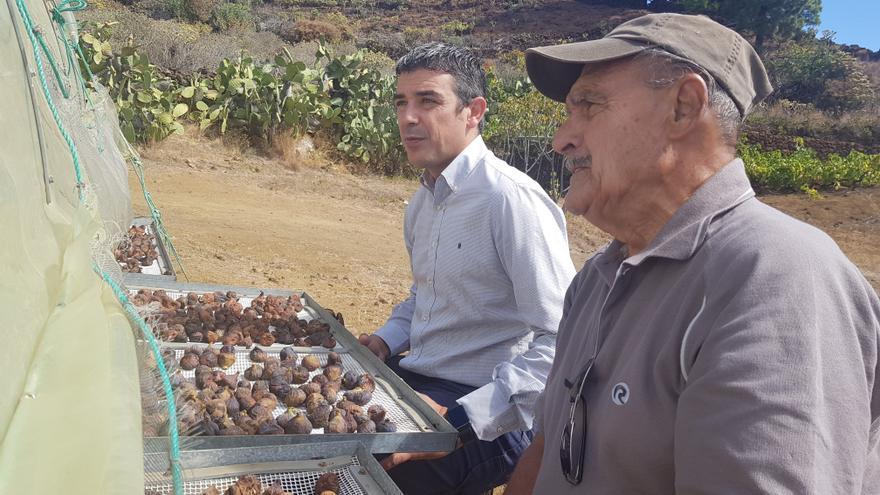 Narvay Quintero (izquierda), consejero de Agricultura, en una imagen junto a un secadero de higos
