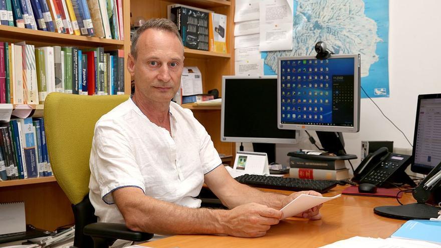 Matías González en su despacho en el Campus de Tafira. (Alejandro Ramos).