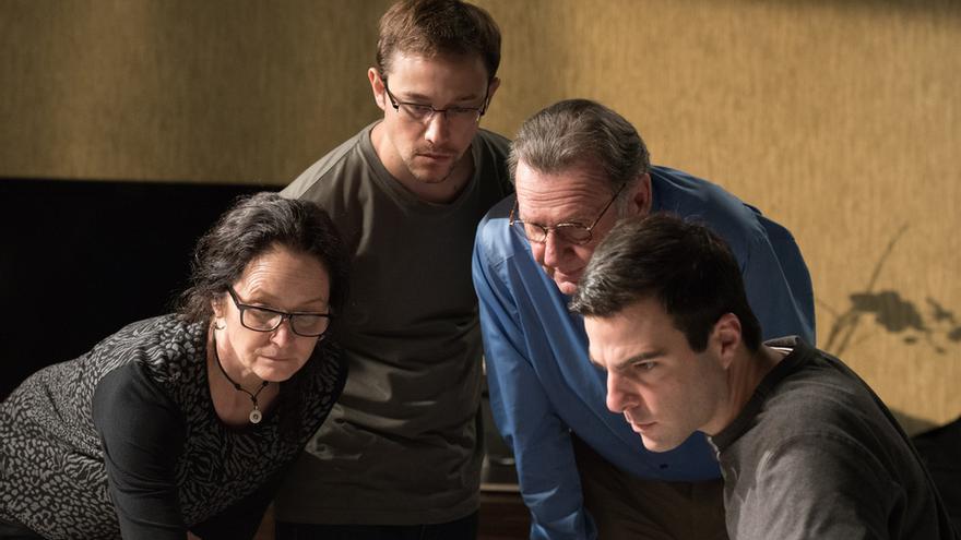 El equipo que fue a Honk Kong: Laura Poitras (Melissa Leo), Ewen MacAskill (Tom Wilkinson) y Glenn Greenwald (Zachary Quinto) con Edward Snowden en la película de Oliver Stone