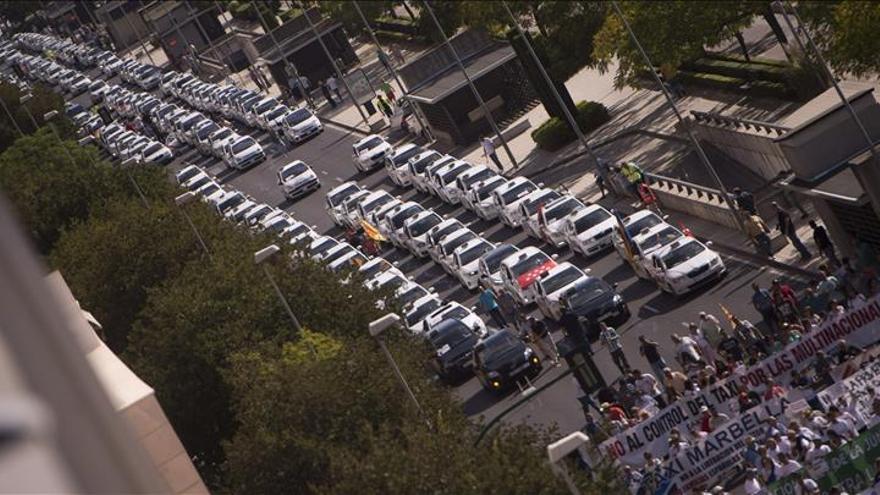 Más de 1.500 taxistas de España protestan contra la liberalización del sector