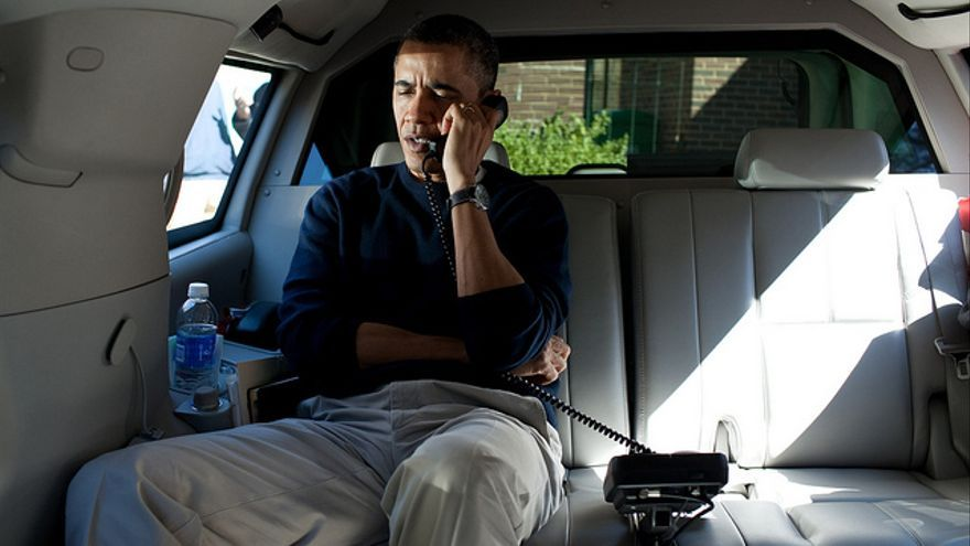 Obama al teléfono.
