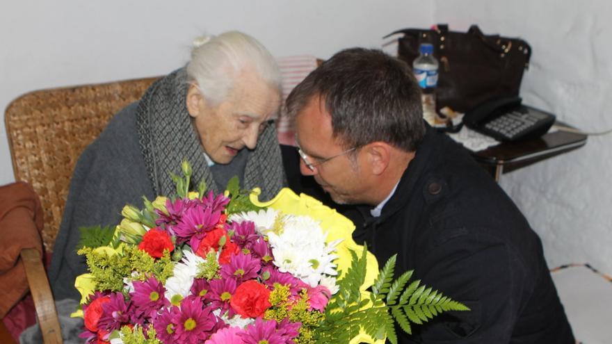 El alcalde de El Paso entregó un ramo de flores a Doña Fe.