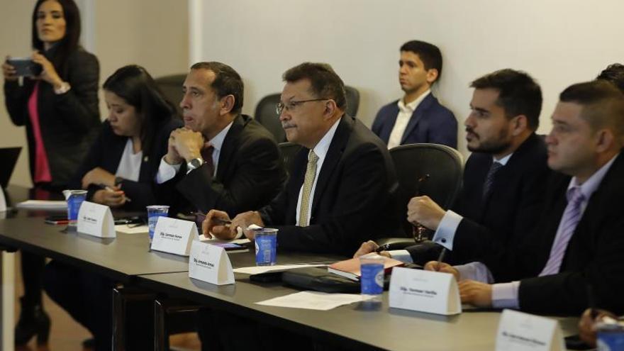 """Los diputados de la Asamblea Nacional venezolana en el exilio, entre ellos Germán Ferrer (c), participan en la """"Reunión de parlamentarios en defensa de la Asamblea Nacional"""" este martes en Bogotá (Colombia)."""