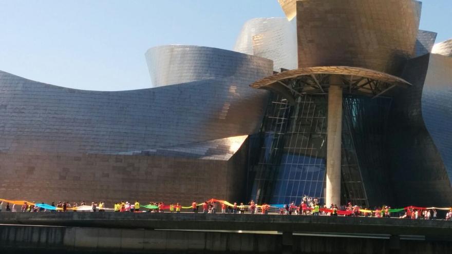 Seguidores de Gure Esku Dago pasan junto al Museo Guggenheim este domingo.