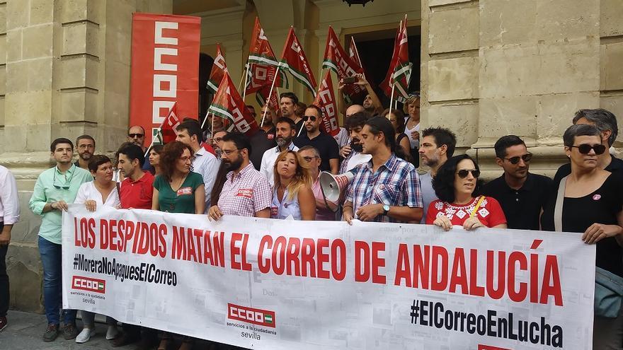 Los trabajadores se han concentrado este viernes a las puertas del Ayuntamiento de Sevilla