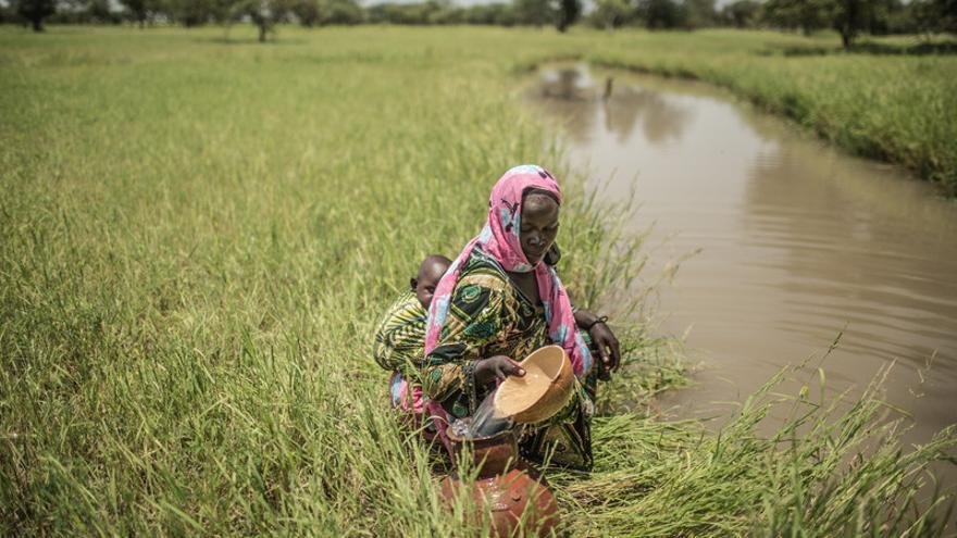 Sauda Hamid, junto a su bebe recogiendo agua junto al rio en un cántaro de cerámica, vive en Am-Ourouk, un pueblo a 50 kilómetros de Mangalmé, en la región de Guera (Chad). / FOTO: Pablo Tosco - Oxfam Intermón