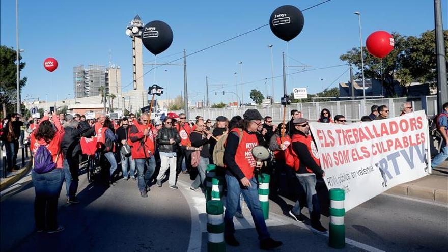 Recuerdan dos años del cierre de RTVV con una marcha y un minuto de silencio