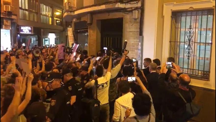 Critican una multa de 600 euros a una manifestante ante el exministro Catalá por la sentencia de 'La Manada'