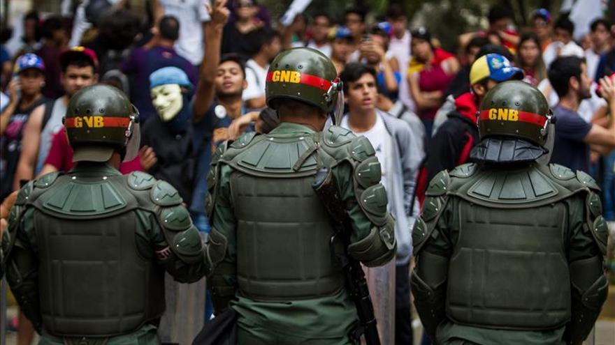 Agentes de los cuerpos de seguridad venezolanos frente a manifestantes en una imagen de archivo / EFE