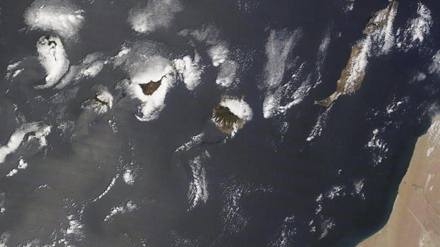 Imagen tomada por el satélite Terra de la NASA de las Islas Canarias, en la que se aprecia la zona donde naufragó el pesquero ruso 'Oleg Naydenov', hundido a 2.400 metros de profundidad, a unos 27 kilómetros al sur de Maspalomas (Gran Canaria).- EFE/NASA