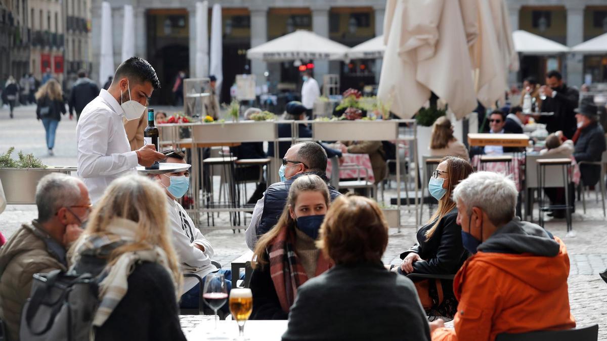 Varias personas sentadas en una terraza. EFE/Emilio Naranjo/Archivo