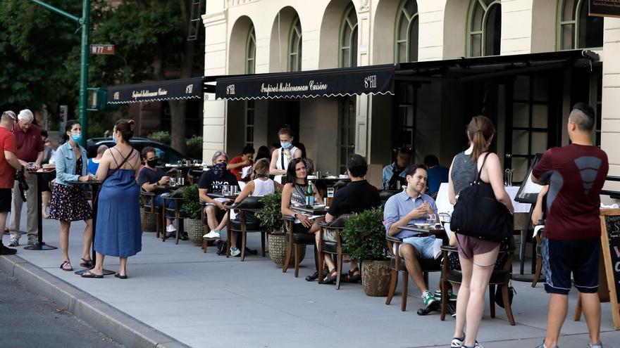 Personas cenan en restaurantes ubicados en la Avenida Columbus en Nueva York (EE.UU.).