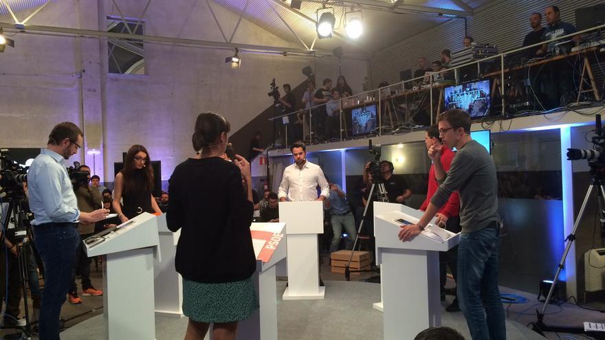 Un momento del debate organizado por Twitter, con los representantes en sus atriles. / MP