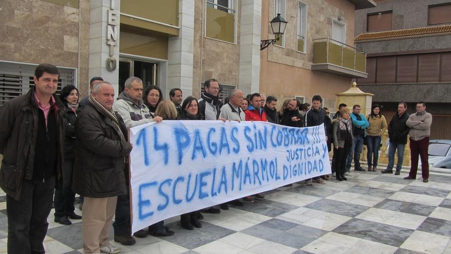 Cerca de 20 empleados de la Escuela del Mármol se encierra por el impago de 14 nóminas por parte de la Junta