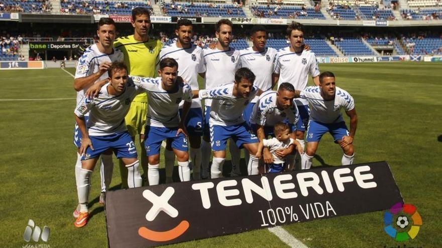 La plantilla del Tenerife frente al Mirandés durante la jornada 6 de la Liga Adelante. (LALIGA).