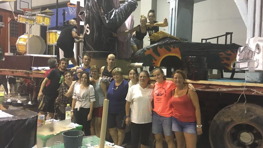 Mari Carmen García ( primera por la derecha) junto a su peña trabajando en el diseño de su carroza sobre la película de 'Grease