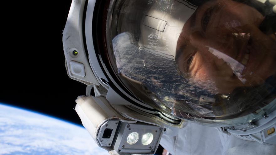 La astronauta de la NASA Christina Koch en el espacio.