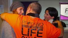 Familiares y amigos abrazaron a los bomberos voluntarios en el aeropuerto de Sevilla cuando fueron liberados