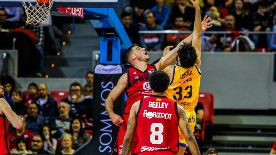 Javi Beirán pelea por un balón en la cancha del Zaragoza