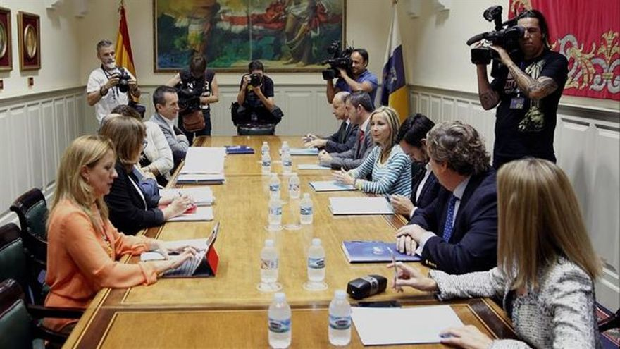 Las comisiones negociadores de Coalición Canaria (izquierda) y el Partido Popular, el pasado viernes en la sala 1812 del Parlamento de Canarias.