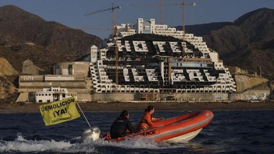 Fachada del Hotel Algarrobico tras la acción de Greenpeace / Greenpeace