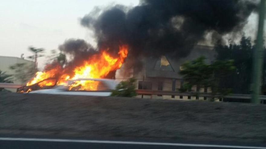 Incendio de un coche a la altura del Aeropuerto de Gran Canaria en la GC-1