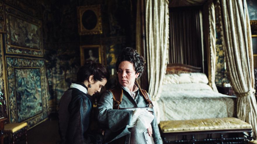 Rachel Weisz (Sarah Jennings) y Olivia Colman (la reina Ana) en la película 'La favorita'