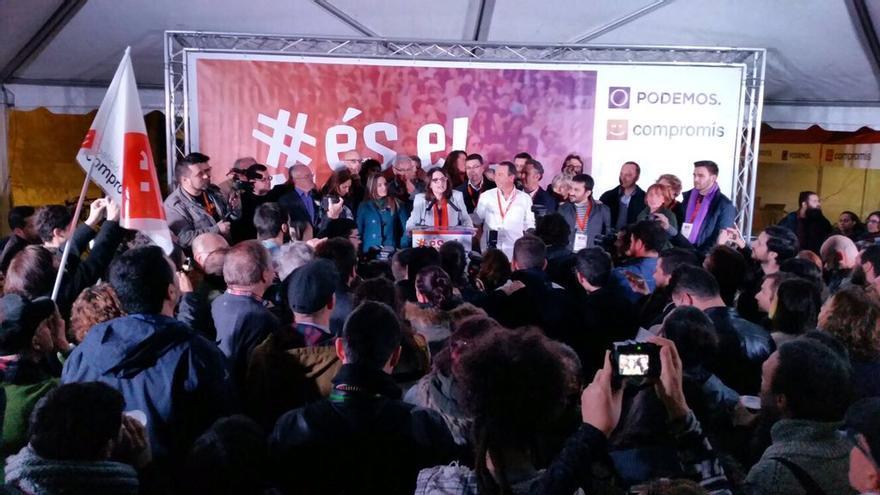 Mónica Oltra, arropada por simpatizantes de Compromís-Podemos, en la noche electoral.