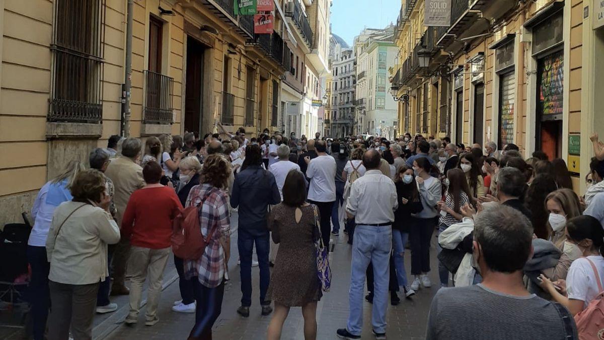 Concentración para pedir la continuidad del 'Institut Français' de Valencia.
