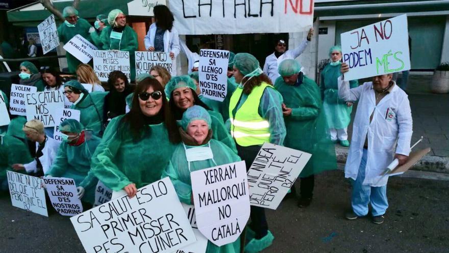 Participantes en la Rua de Carnaval de Palma contra el decreto del catalán