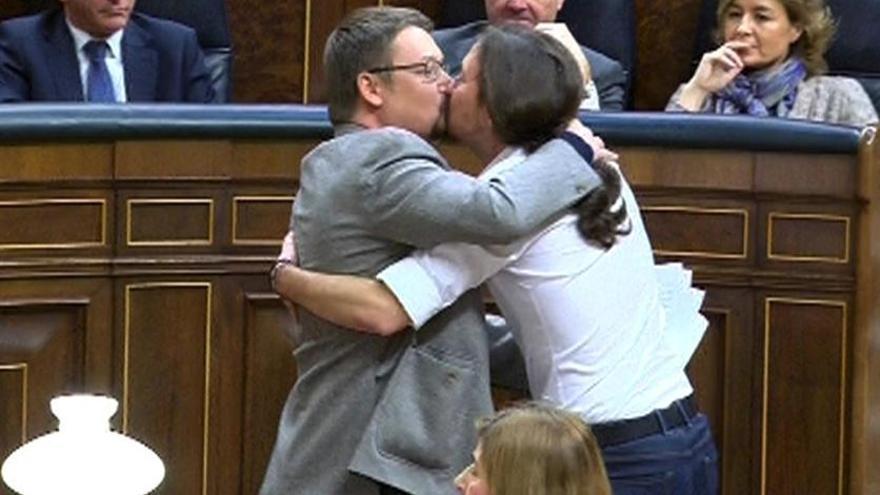 Beso de Pablo Iglesias y Xavier Domènech