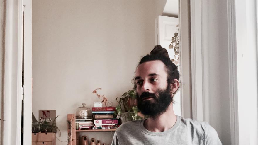 El diseñador Pedro Lobo con una camiseta de `Welcome refugees´