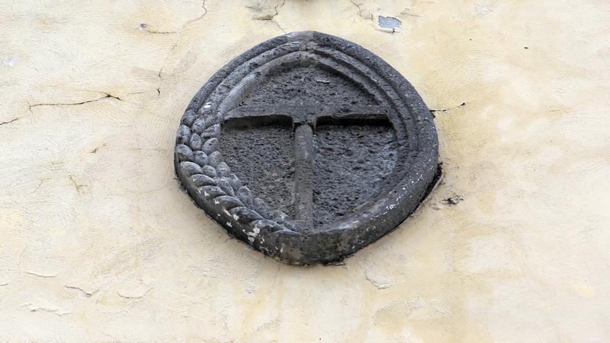 La espiga, pico y pluma, símbolo de la Organización Sindical Española (OSE), única organización sindical legal autorizada en la dictadura franquista.