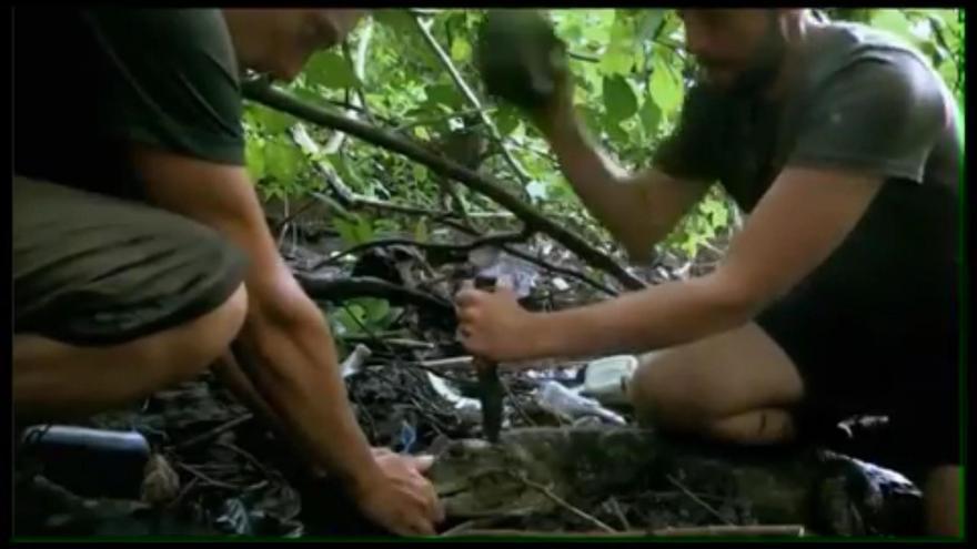 Pantallazos del programa 'The Island', 2016. Proceden a dar muerte al caimán con una piedra y un cuchillo de caza.