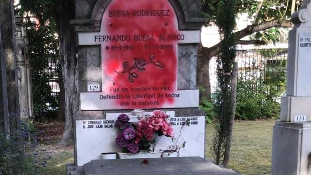 Pintura roja en la lápida de Fernando Buesa