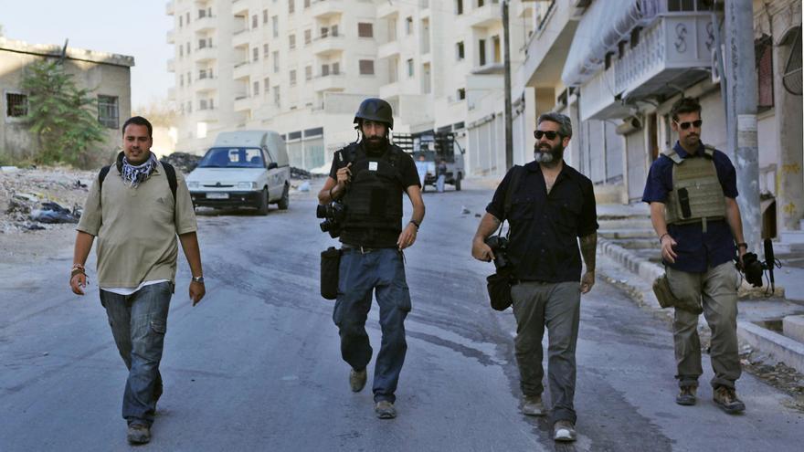 Jim Foley (primero por la derecha) junto con varios compañeros en Alepo (Siria). Fotografía: Javier Manzano ©