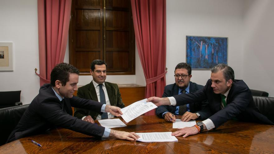 Firma del acuerdo entre PP y Vox de cara a la investidura de Juanma Moreno como presidente de la Junta de Andalucía