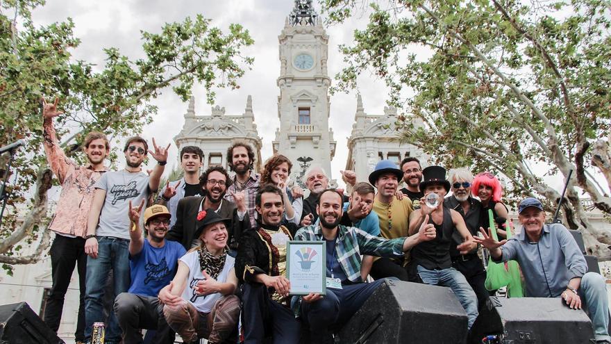 Los miembros del colectivo Musicarte Urbano en la plaza del Ayuntamiento de Valencia