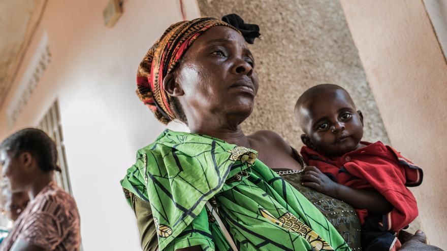 Mulumba Mashanga (58 años) visita junto a su nieto de 11 meses la clínica de alimentación terapéutica de MSF en Tshikapa