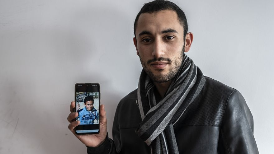 Youssef muestra una imagen en la que aparece él mismo de pequeño