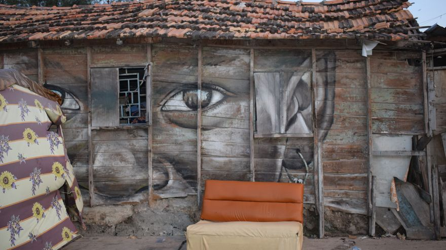 Intervención realizada por el artista canario Sabotaje al Montaje en la vivienda más antigua de La Medina, de 1914 (ALICIA JUSTO)