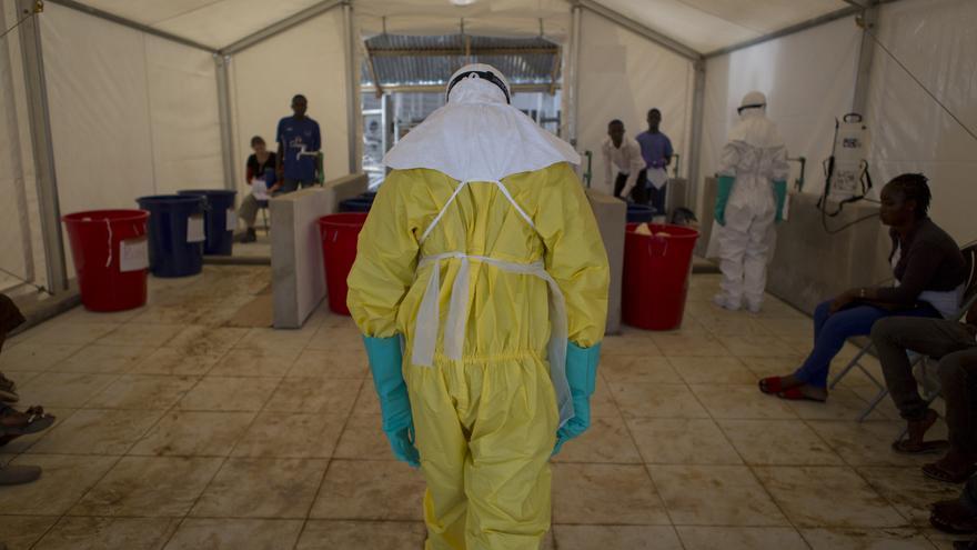 Personal sanitario en el Centro de Tratamiento contra el Ébola en Kerry Town en el procedimiento de comprobación de la Protección Personal de la Equipación (PPE) en Sierra Leona