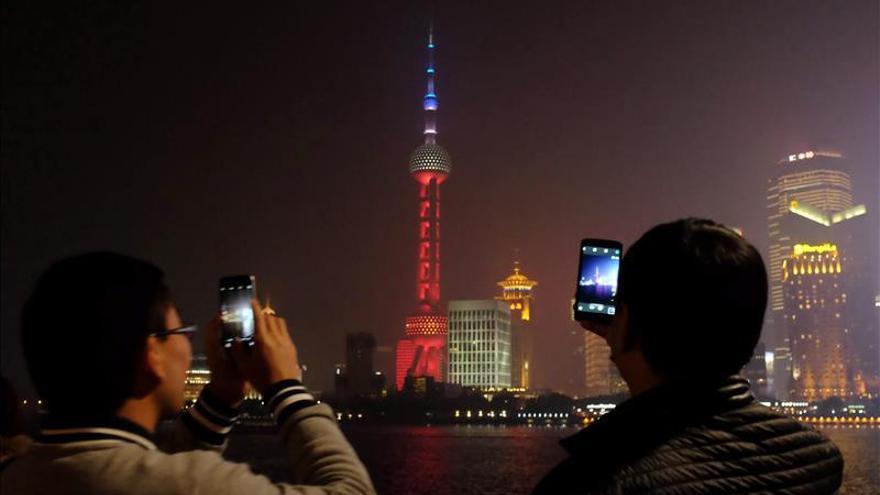 Shanghái ilumina con los colores de Francia su emblemática torre en apoyo a París