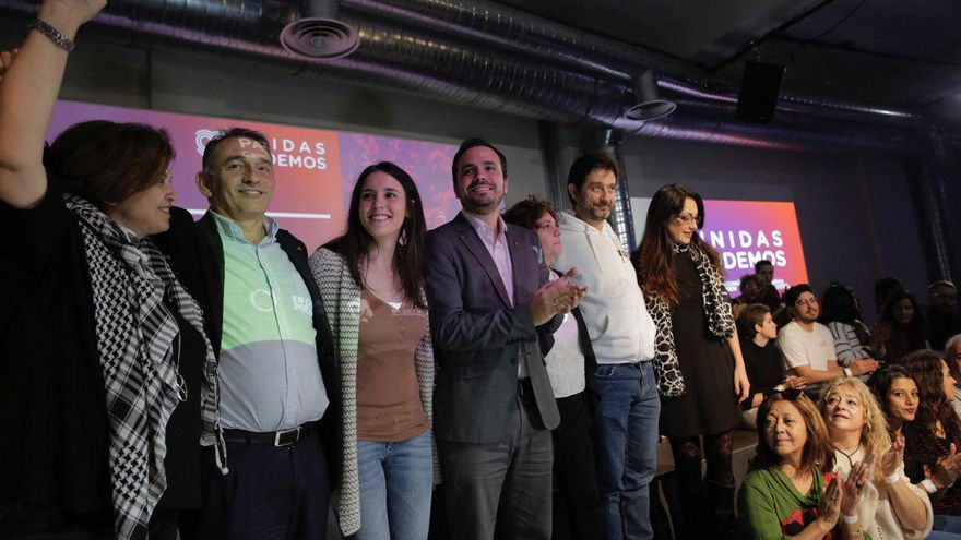 Irene Montero y Alberto Garzón, en el centro, acompañados de dirigentes de Unidas Podemos en el acto de inicio de campaña.