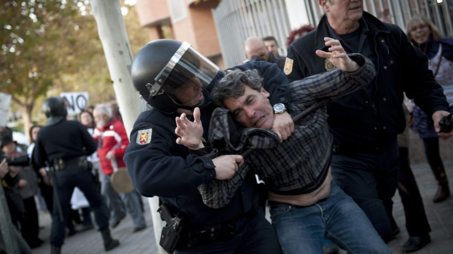 Un detenido al tratar de acceder a la Asamblea de Madrid en protesta contra las reformas sanitarias