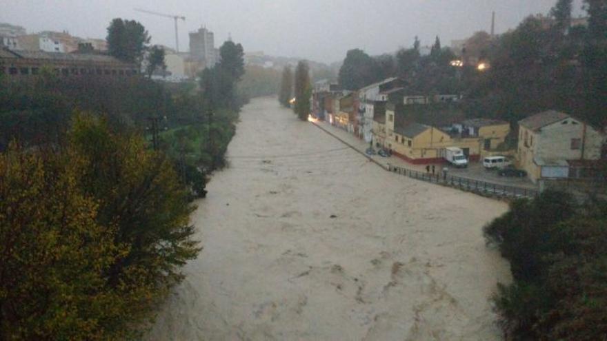 El Clariano desbordado inunda el barrio de Cantereria en Ontinyent