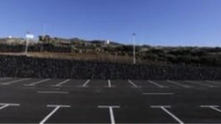 El aparcamiento del futuro centro de visitantes del Roque, con las cuatros farolas del alumbrado público.